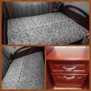 кровать с матрацем и две тумбы